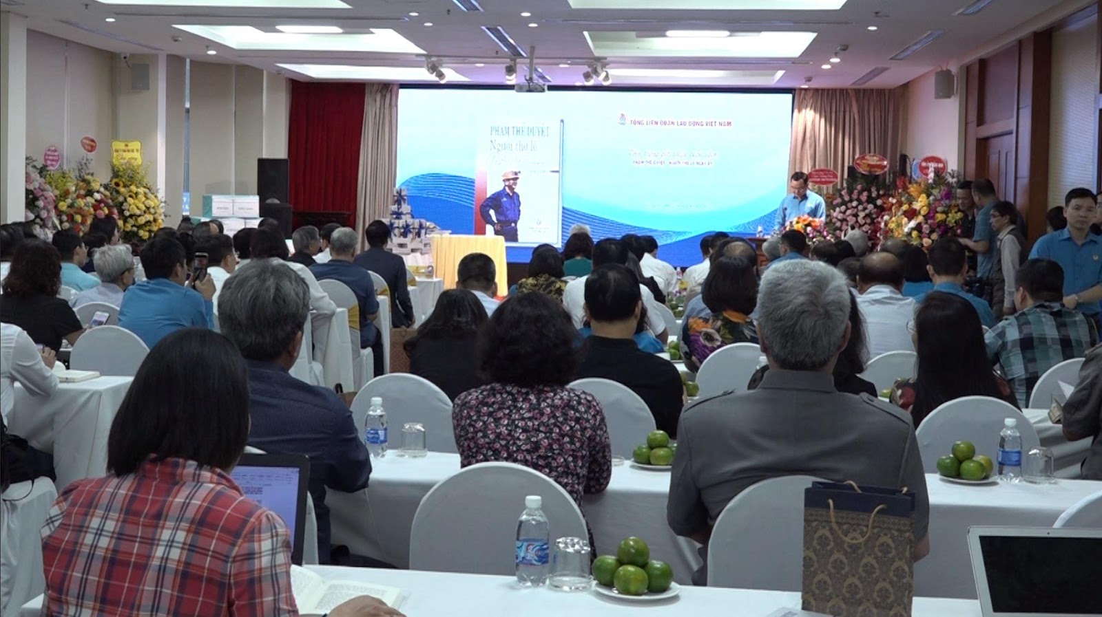 Lãnh đạo Tập đoàn chúc mừng đồng chí Phạm Thế Duyệt tại Lễ ra mắt cuốn sách Phạm Thế Duyệt - Người thợ lò ngày ấy