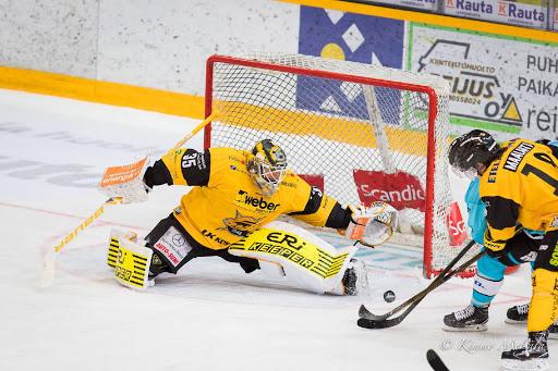 <p>Frans Tuohimaa pelasi vahvan ottelun SaiPan maalissa.</p>