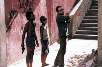 "Photo: Fernando Meirelles orienta dois atores no set de ""Cidade de Deus""."