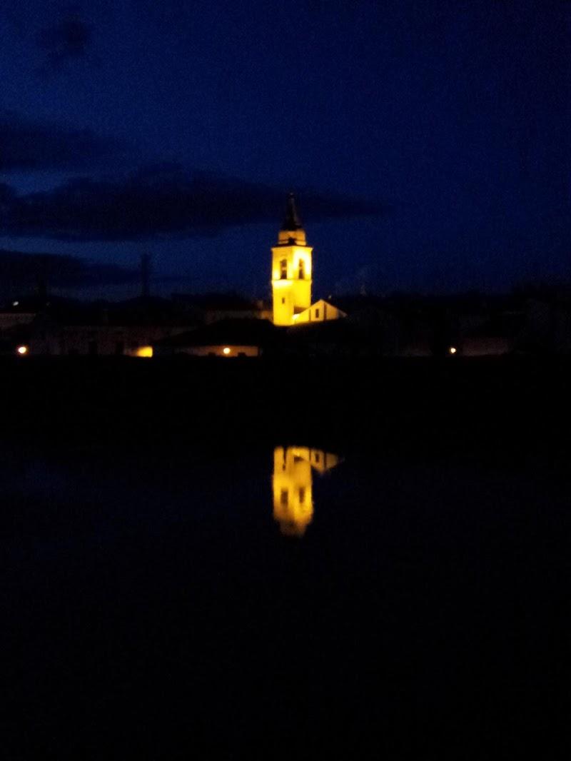 Riflessi notturni col fiume in piena di supergigi