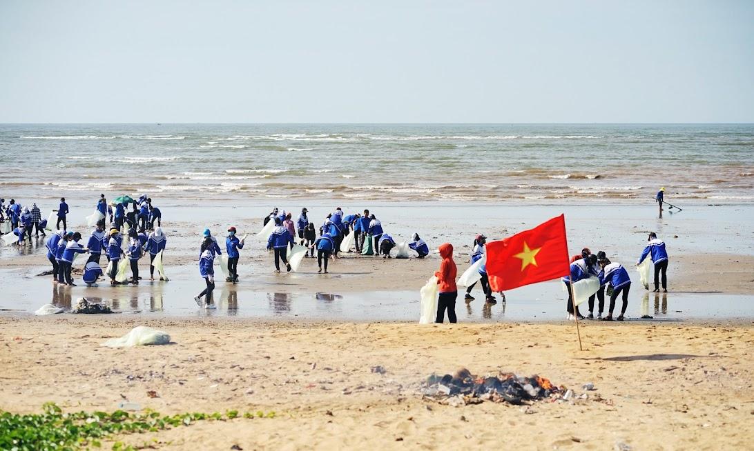 Các đoàn viên thanh niên chung tay vệ sinh môi trường biển