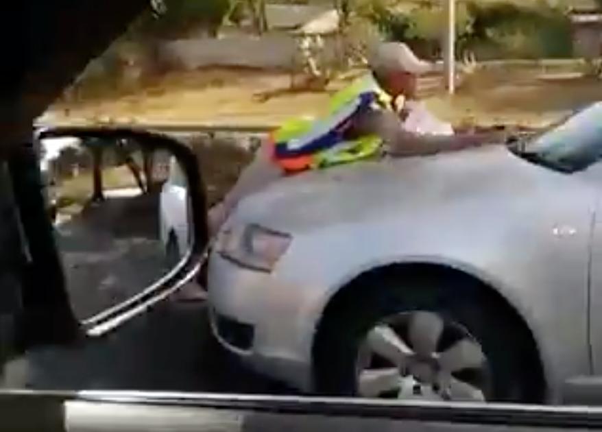 KYK | Verkeersloper hang aan die motor terwyl die bestuurder vinnig ry om boete te vermy - HeraldLIVE
