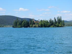Photo: Het Franciskanenklooster op het eilandje Visovac