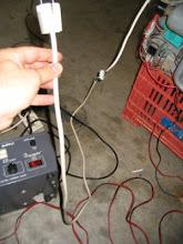 Photo: Le conecto la toma de 220V, es importante, que como voy a estar manipulando, conectar la toma de tierra.