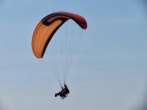 Photo: Parapente biplace conçu pour emporter une personne sur chariot