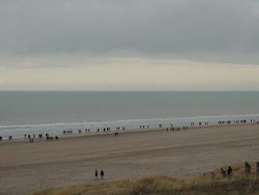 Photo: Een lange sliert wandelaars. In totaal doen er 14000 mee aan deze Wandelmarathon Egmond.