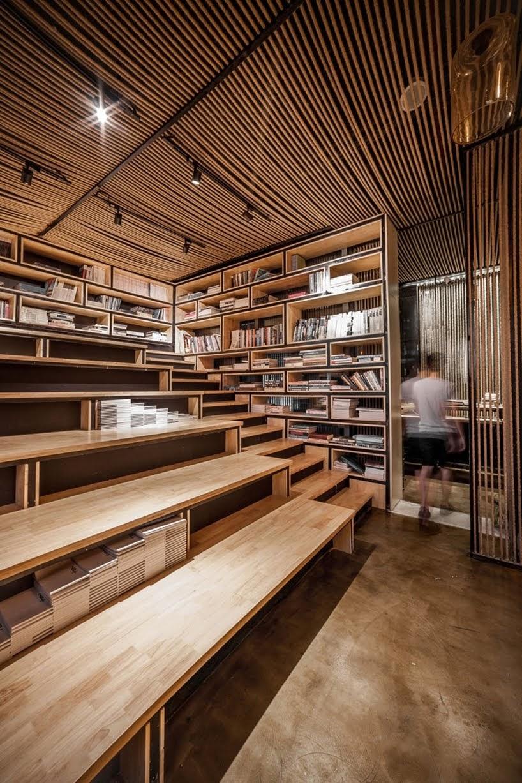 Esta oficina utiliza particiones de cuerda para separar áreas de trabajo y ocultar vigas y columnas