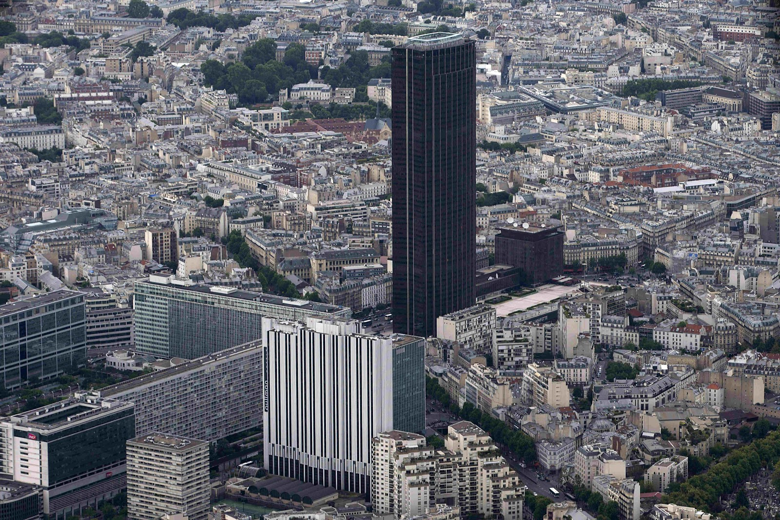https://www.ammostravel.com/rollerblade-on-the-rooftop-of-paris-montparnasse-tower/