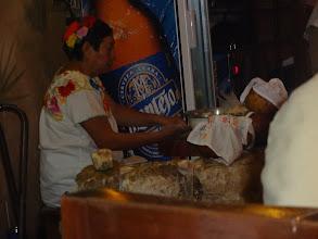 Photo: Paní připravuje tortily.