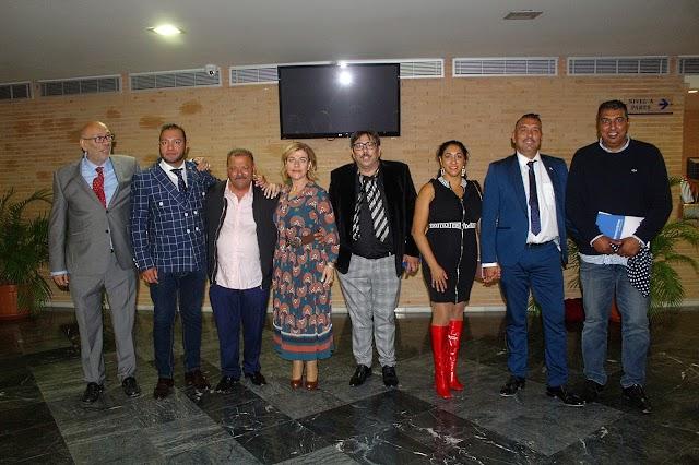 La Junta Directiva de la Hermandad, premiados y la concejala Paola Laynez.