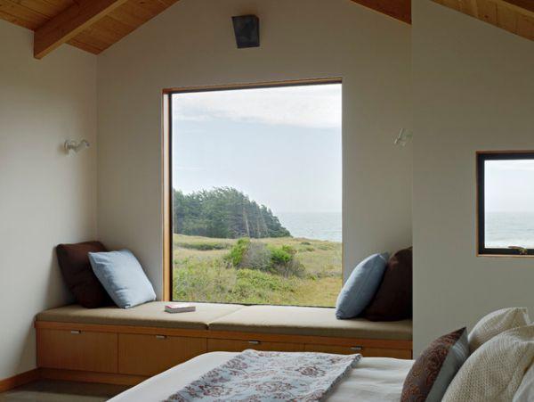 Вікно з красивим краєвидом і диваном
