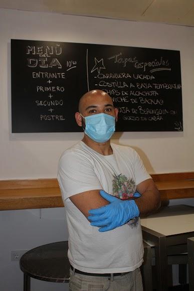 Francisco Javier Garcés Ortiz en su bar El Candil, tapas con historia, ubicado en Plaza Urrutia, especializado en comida indú.