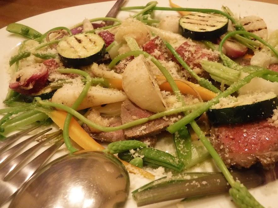 グリルしたお野菜とローストビーフなど。いろいろなソースがありました。ズッキーニの焼き加減が絶妙でおいしかった。カブや玉ねぎがうちのだ!と自分野菜を見つけるのが楽しかったです。