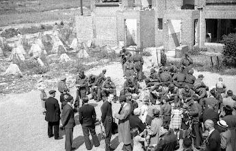 Photo: 0022. Goudenregenstraat bij de nrs. 257-255, links de Hanenburglaan. Geallieerde soldaten en burgers bij deels dichtgemetselde panden, kort na de bevrijding. Links asperges en prikkeldraad en een elektriciteitshuisje  http://www.loki-travels.eu/