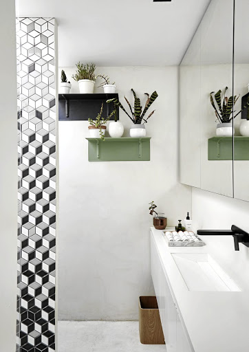 The 'vampish green' colour (Plascon sushi wrap) and interesting objects make the wall a focal point.