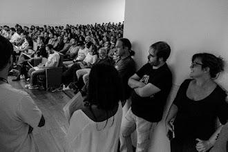Photo: En los boxes, los siguientes conferenciantes hacen que escuchan la charla de Almudena, mientras en su cabeza repiten con insistencia musical los primeros segundos de su intervención.
