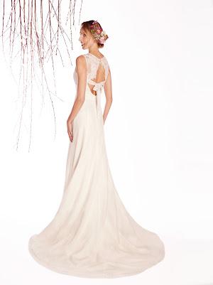 Robe de mariée vintage Ecrin en dentelle fine et applique de dentelle, encolure ronde, joli dos nu original avec noeud en bande de dentelle, épurée et poétique