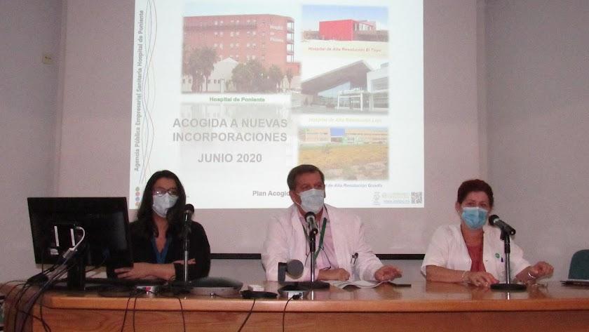 El gerente del centro, Pedro Acosta y las directoras de Enfermería y Profesionales, han presidido el acto.