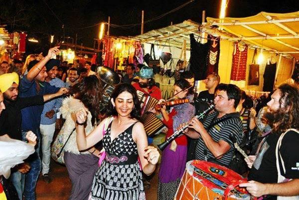 dancing-in-market-arpora-goa_image
