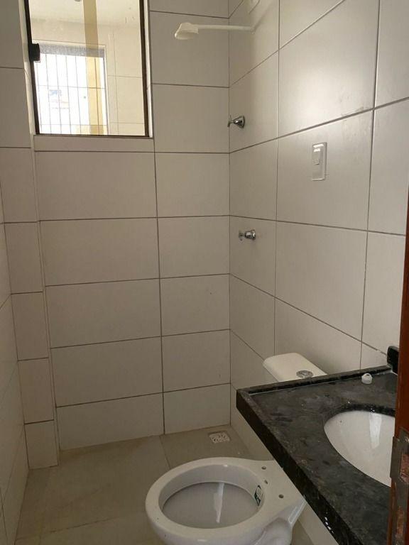 Alugo apto térreo c  quartos, no Bessa, bem localizado, com área externa, saída exclusiva. sendo 1 suite, wc, coz. À poucos metros do mar R$ 1300