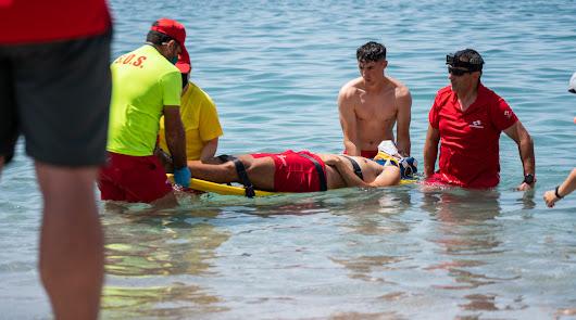 Un simulacro de salvamento del equipo de socorrismo en plena playa