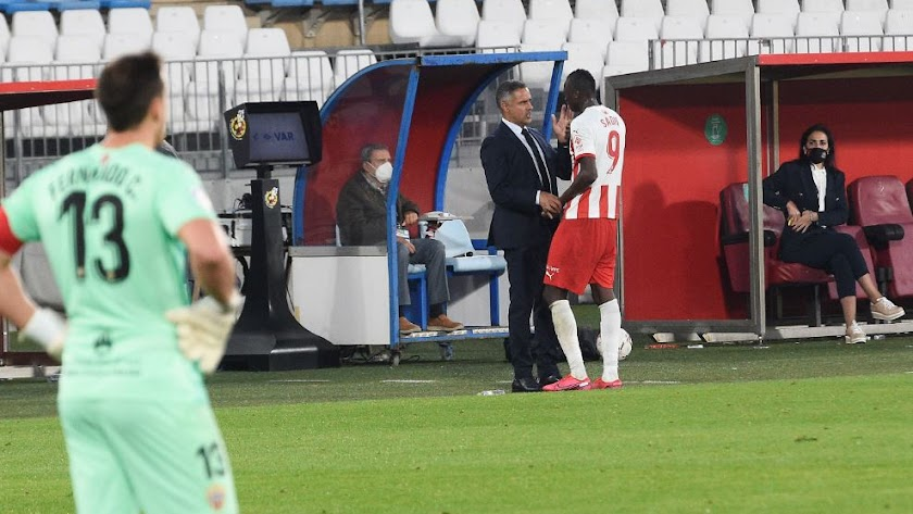 José Gomes da cariño a su delantero Top tras ser sustituido.