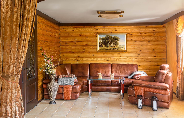 Кожанный диван на первом этаже номера Люкс