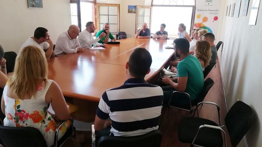 reunión del delegado, Miguel Ángel Tortosa, con los emprendedores del Centro Andaluz del municipio de Adra.