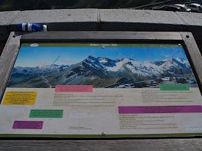 Photo: Borden op de Edelweißspitze verklaren wat er te zien is.