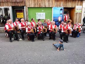 Photo: Stassenmusik mitten in Altdorf, mit immer viel Publikum  mit dabei der Sohn Moritz von Simon Dettwler