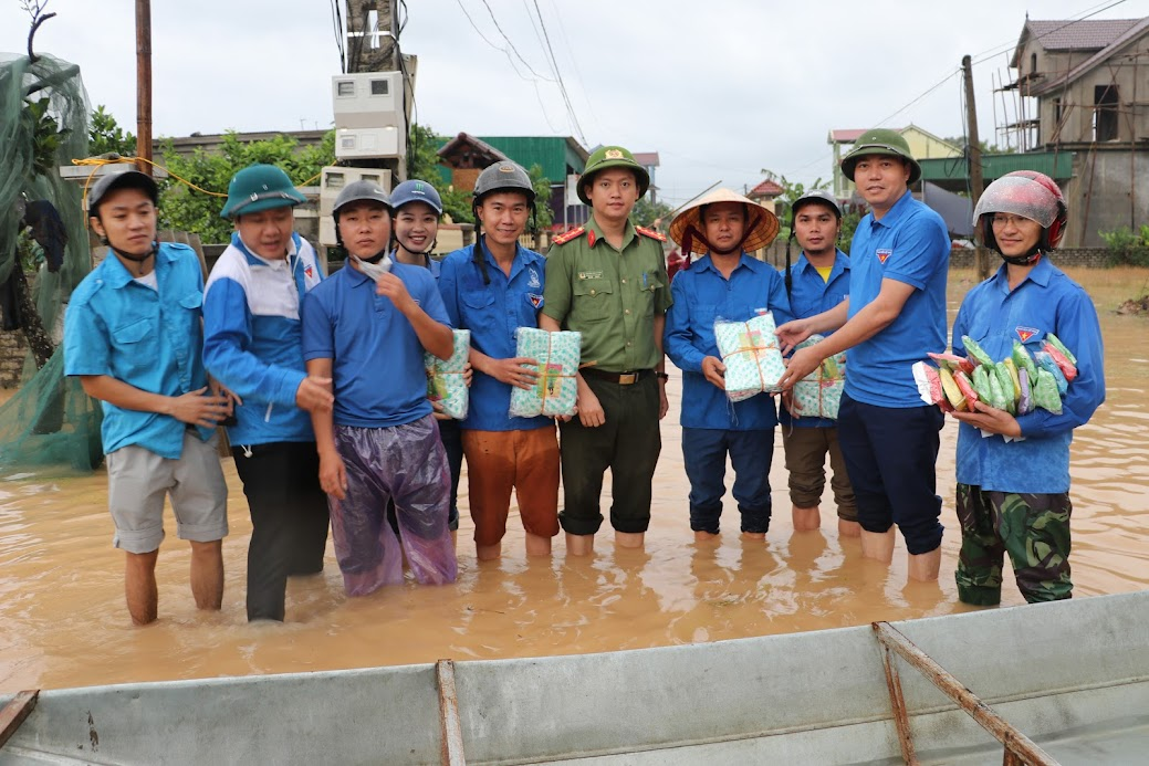 Đoàn đã trao tặng hơn 150 áo mưa cho các đội tình nguyện