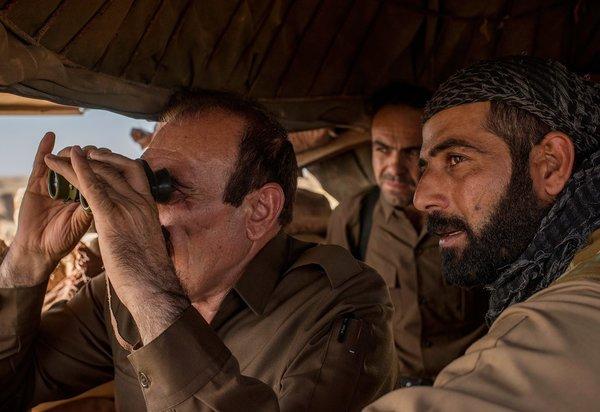 Ако и командир подразделения наблюдают за передовыми позициями пешмерга к юго-востоку от Киркука, Ирак. Фото: Чингис Яр
