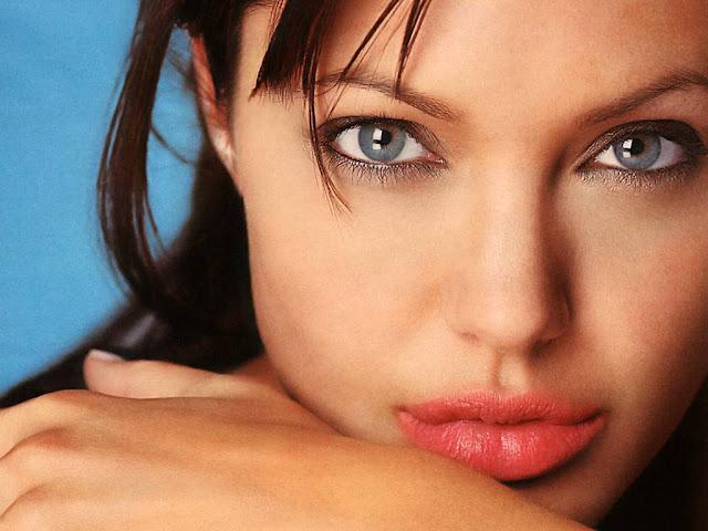 Angelina Jolie sexy bikini