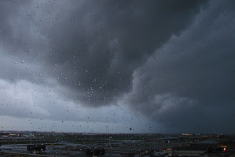 Photo: Voorzijde (zg. arcus) van actieve buienlijn, gaf in Londen windhoos.