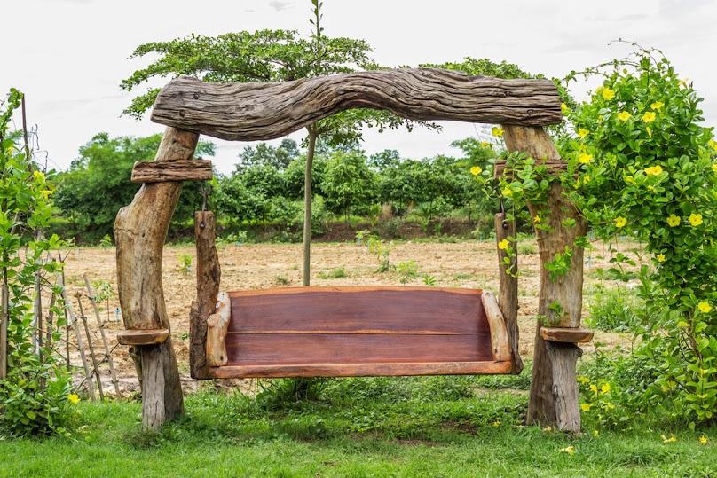 Ławkę ogrodową możemy zaaranżować na wiele nietypowych sposobów