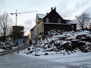 Photo: Neubau und Ruine