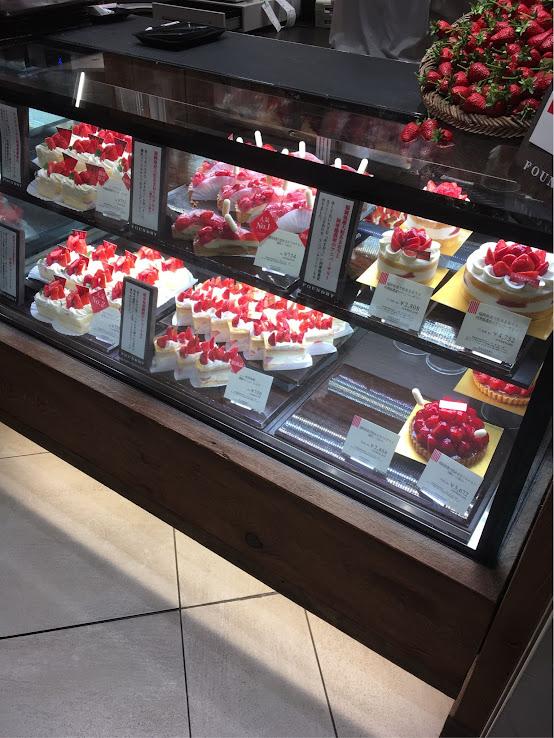 FOUNDRYのショーケースにはいちごケーキがたくさん