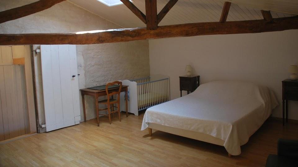 Le Relais : chambre double avec lit bébé