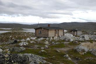 Kuva: Kovin kiviseen maastoon on aikanaan tämäkin tupa rakennettu. Taustalla Terbmiksen pahtaakin vähän näkyvissä