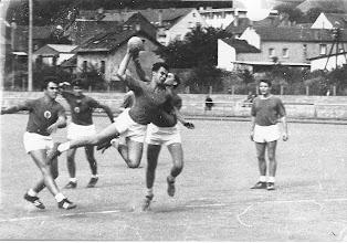 Photo: Als Handball noch häufig unter freiem Himmel gespielt wurde. 1967