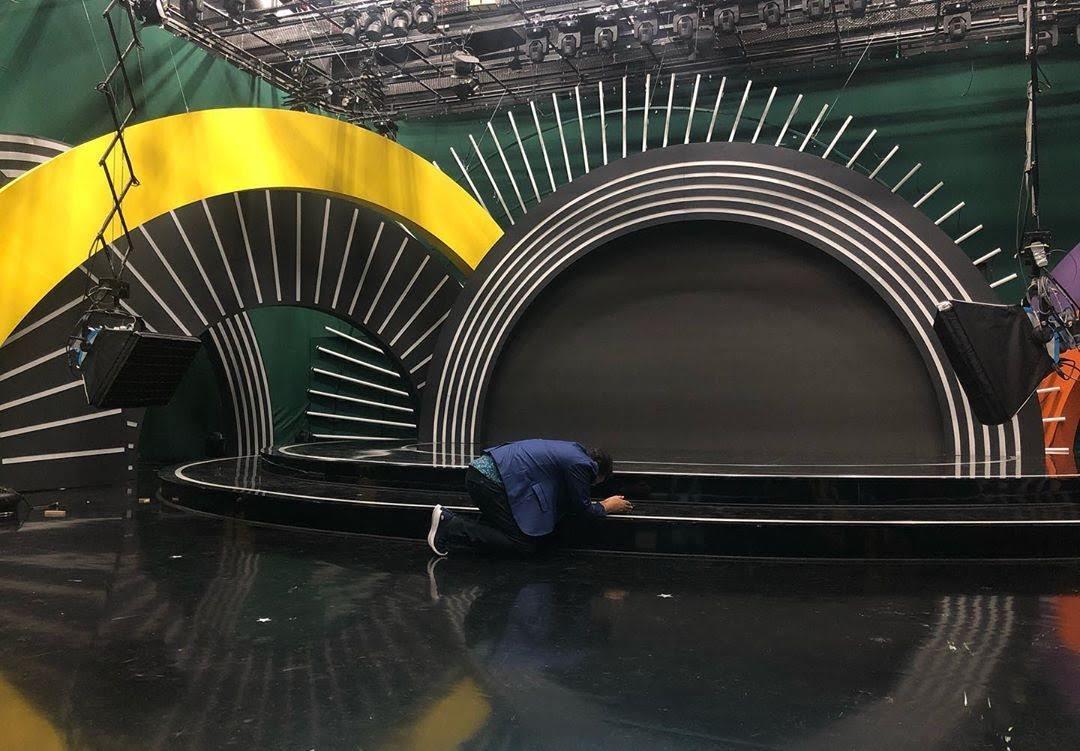 Geraldo beija o palco do 'Domingo Show' em sua despedida
