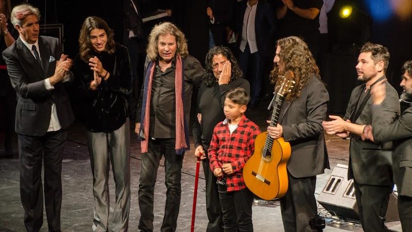 Foto de familia de los artistas con Josele Padre, emocionado, con su nieto.
