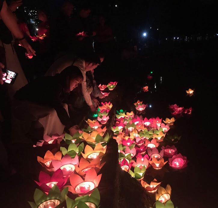 Thả hoa đăng tưởng nhớ các nạn nhân tử vong do TNGT