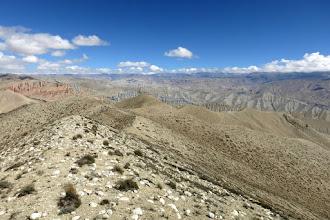 Photo: Sur les crêtes (à gauche les falaises de Dhakmar)