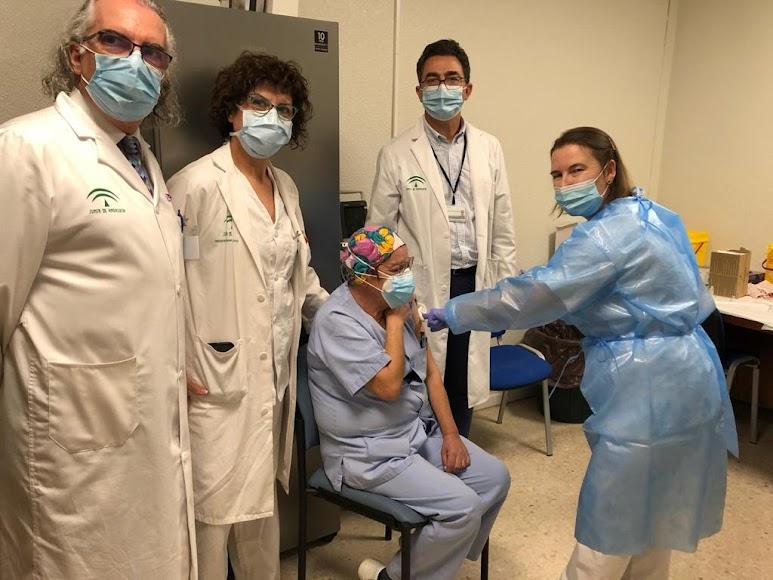 Profesionales de Torrecárdenas reciben la vacuna del covid.