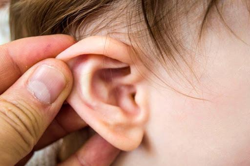 Hướng dẫn bố mẹ cách chăm sóc trẻ bị viêm tai giữa
