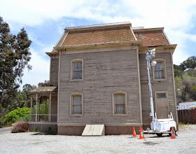 """Photo: A casa original de """"Psicose"""" vista de lado no tour da Universal Studios em Hollywood, Los Angeles."""