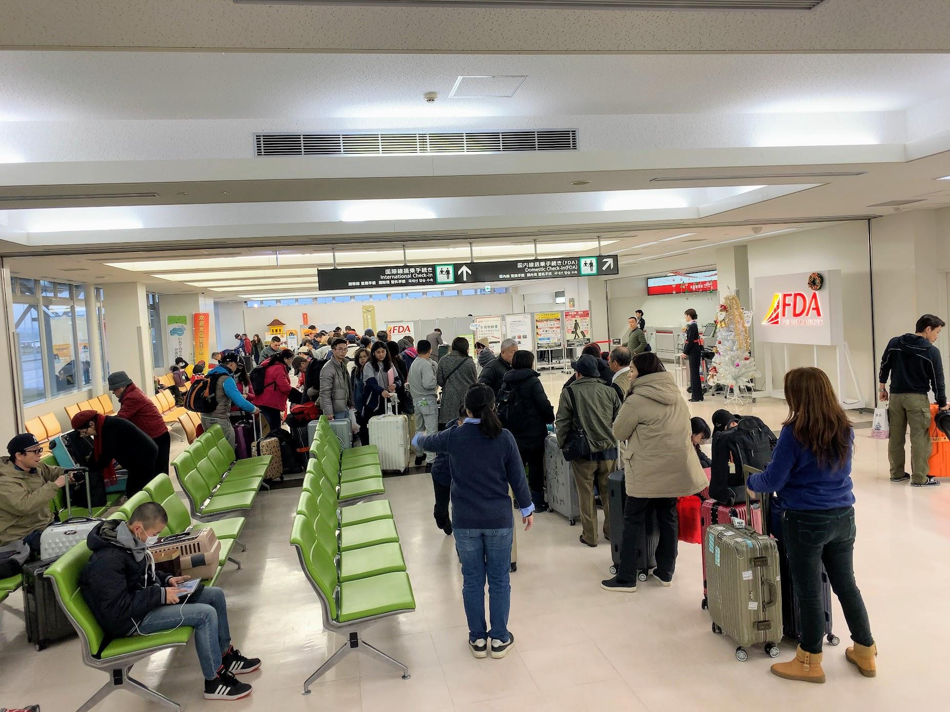 台湾便搭乗客でチェックインカウンターが混雑