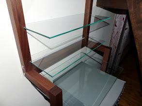 Photo: Super Idee unseres Kunden: Kombination aus LP-Regal Nussbaum mit 3 Glasböden und einem direkt darüber angebrachten CD-Regal aus Nussbaum für 300 CDs. Ideal für Nischen und schmale Wandabschnitte. Vielen Dank für das Foto.