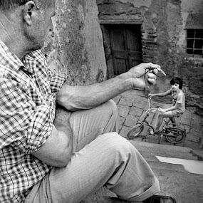 Esportazione by Roberto Nencini - Black & White Street & Candid ( graziella, bicicletta, street, sigaretta, bianconero )